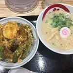 combinación de ramen y tazón de arroz con Tempura de verduras