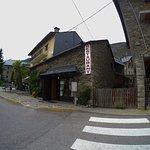 מבט על המסעדה מבחוץ - הרחוב הראשי אך השקט של הכפר הנמצא על אם הדרך לשמורת הטבע
