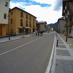 הרחוב הראשי השקט שעליו נצבת המסעדב