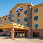 Days Inn & Suites by Wyndham San Antonio Near at&T Center