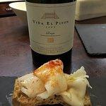 Viña El Pison con uno de los mejores platos de la casa: lamina de jabugo sobre pan de cristal.