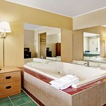 1 Queen Bed Jacuzzi Room