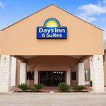 Days Inn & Suites by Wyndham Conroe North