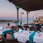 Restaurante enfrente de la bahía del puerto de Mahón.