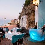 Situado en una antigua cueva de pescadores, reconvertido en restaurante.