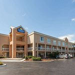 Days Inn & Suites by Wyndham Warren