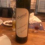 Konobar Pero Macan vrh vrhova....bijeli monur dobar ali crni monur svjetsko vino....jedva cekamo