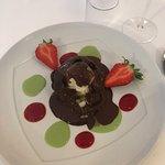 poire et glace vanille en coque de chocolat nappée de chocolat chaud et fraises