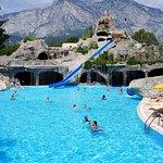 Один из бассейнов и аквапарк