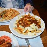 RESTAURANT L'OMELETTE: Pain sans gluten (shredded pork on gluten-free bread) Poutine, 12 wings