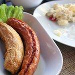 salsichas variadas com salada de batata
