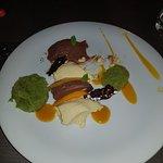 Mousse al cioccolato e mango, spugna al basilico e pistacchio, croccante di riso soffiato