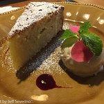 Torta Umida di Mandorle com gelato di nocciole