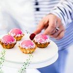 Каждый день в кондитерской витрине десерты, которые удобно взять с собой