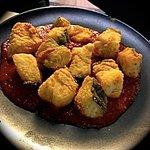 Lomo de bacalao frito sobre tomate confitado