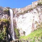 Vista panorâmica de baixo, pela trilha, antes de chegar à base da cascata.
