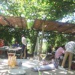 trevliga bord i trädgården under skuggande grenar