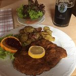 Hirschnitzel in Kraeuterpanade mit Bratkartoffeln und Salat - dazu 1/2 Dunkel Bier