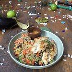 Filé de frango grelhado com molho de tahine e tabule de quinoa