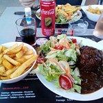Boulet sauce liégeoise accompagné de frites et légumes de saison