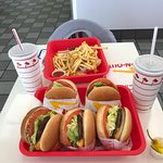 In-N-Out Burger resmi