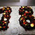 Pastis d'aniversari elaborat amb xocolata, trufa i fruita natural