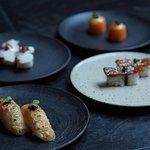 Variedad de nigiris. Pulpo, salmón, atún, asado de tira.  (326759165)