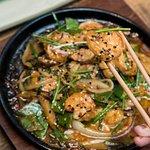 Spicy Sour Shirmp. Langostinos al wok, salsa de ajo picante, mantequilla y limón.  (326759186)
