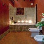 Detalle del baño de nuestra junior suite con bañera hidromasaje