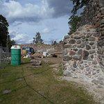 Delar av fästningsruinen.