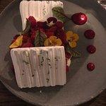 Pavlova, con flores naturales. Delicioso!!