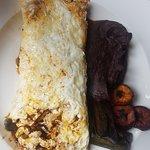omelette con huitlacoche y queso manchego con frijoles, platano macho frito y mini tamalitos de