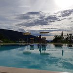 La piscina grande, bellissima, anche se senza personale