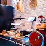 Enoteka MiAmo to nie tylko wino, ale również włoskie specjały: sery, szynki, salami i wiele inny