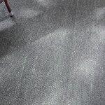 Der Teppich ist fleckig.