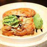 Bao frito de cangrejo de concha blanda con ajo aceite de cilantro