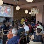 Le Raven Café au complet devant le match de la France