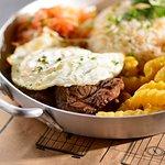 Filet grelhado, arroz com alho, ovo frito, batata frita e salada do boteco