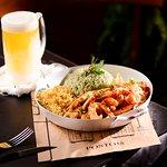 Iscas de filé de frango, arroz com brócolis, batata palha e salada do boteco