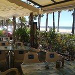 siente la briza del mar desde la terraza ,ideal para relajarte .