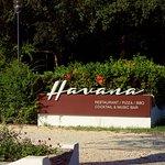 Ingresso e un angolo del giardino di Havana a Bibione.