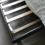 Kaputter Lattenrost und Schimmel unterm Bett