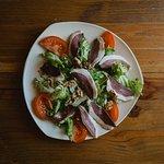 Salade régionale(salade,tomate,magret séché maison,noix)