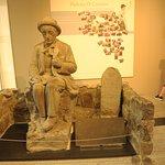 Статуя в холле музея