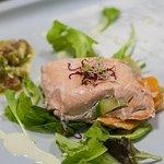 Millefoglie di salmone con panna acida e guacamole