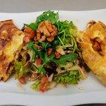 Eieromelett mit frischen Pfifferlingen und Salat mit Schafskäse