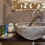 Detalle lavamanos baño Habitación Doble Deluxe con vistas al Castell de Begur.