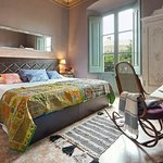 Habitación Doble Deluxe con vistas al Castell de Begur. Cama king size.