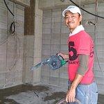 配管工事前に地面にカッターをいれる作業