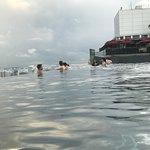 マリーナベイサンズのプールは気持ち良かったです。